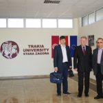 Pracownicy MWSE stoją w holu Trakia University, od lewej: mgr Wojciech Kozioł, mgr Witold Zych, prof. Leszek Kozioł