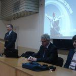 Pracownicy MWSE w uczelni partnerskiej w Bułgarii, za stołem siedzą od prawej dr Wojciech Kozioł, mgr Witold Zych, dalej stoi prof. Leszek Kozioł, za ich plecami na ścianie ekran, na którym slajd z prezentacji oferty edukacyjnej MWSE