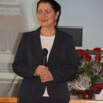 Kanclerz mgr Zofia Kozioł z mikrofonem