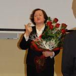 Prof. Elżbieta Skrzypek z bukietem róż