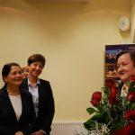 Kanclerz mgr Zofia Kozioł i wicekanclerz mgr Renata Mielak z prof. Elżbietą Skrzypek - pani profesor trzyma bukiet róż