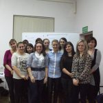 Uczestniczki warsztatów wraz z prowadzącymi - pozowane zdjęcie grupowe