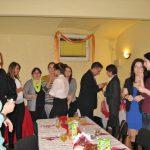 Goście stojąc dzielą się opłatkami i składają sobie życzenia świąteczne
