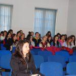 Sala wykładowa, studenci siedzą z tyłu sali, w pierwszym rzędzie dr Rumyana Angelowa z Bułgarii