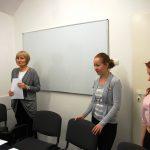 W sali stoją członkowie komisji rekrutacyjnej dr Jolanta Stanienda, mgr Anna Mikos i Agnieszka Gibes
