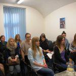 Rozmowy kwalifikacyjne - studenci siedzą w sali lekcyjnej