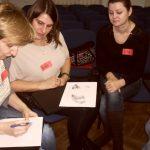Trzy studentki pracują w grupie analizując rysunek