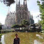 Studentka przedBazylika Sagrada Familia w Barcelonie