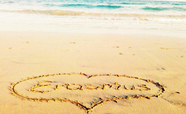 Piaszczysta plaża, na piasku narysowane serce z napisem Erasmus