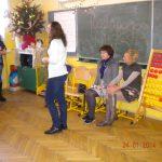 Studentka stoi przy tablicy, obok siedzą wychowawczyni klasy i asystentka Marta Falińska