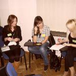 Trzy studentki pracują w grupie