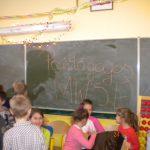 Dzieci bawiące się w sali lekcyjnej