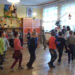 Dzieci biegną po okręgu w sali lekcyjnej