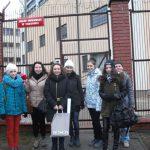 Grupa studentek z koła Paidagogos stoi przed bramą Zakładu Poprawczego