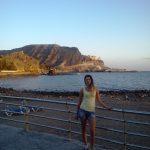 Studentka na deptaku przy plaży, w tle ocean