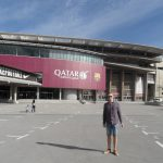 Student przed stadionem FC Barcelona