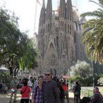 Studenci przed Bazyliką Sagrada Familia w Barcelonie