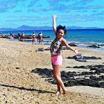 Studentka na piaszczysto-kamienistej plaży