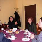 Spotkanie w gabinecie Rektora, przy stole siedzą od lewej prof. Androniki Kavoura, mgr Marikita Papamichalis, Kanclerz mgr Zofia Kozioł