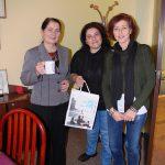 Goście z Grecji oraz kanclerz mgr Zofia Kozioł pozują z upominkami z uczelni greckiej