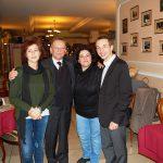 Od lewej Marikita Papamichalis, Leszek Kozioł, Androniki Kavoura, Radosław Pyrek - grupowe zdjęcie w sali restauracyjnej