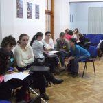 Studenci rozdzieleni na trzy i czteroosobowe grupy podczas pracy