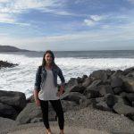 Studentka na kamienistej plaży Las Palmas