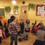 Dzieci w sali lekcyjnej bawią się