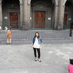 Stuentka przed jednym z zabytkowych budynków Las Palmas