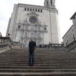 Student na stopniach kościoła w Gironie