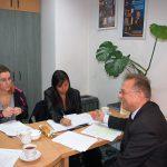 Dwie studentki w trakcie zajęć z prof. Leszkiem Koziołem