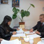 Dwie studentki podczas zajęć z prof. Leszkiem Koziołem