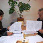 Studentka i prof. Leszek Kozioł podczas zajęć indywidualnych