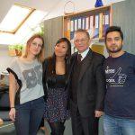 Zdjęcie grupowe - dwie studentki i student z prof. Leszkiem Koziołem