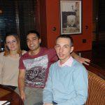 Obiad pożegnalny, studentka i student siedzą wspólnie z mgr Radosławem Pyrkiem