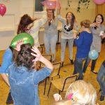 Studentki w trakcie zabawy balonami
