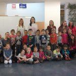 """Grupowe zdjęcie dzieci z członkiniami Koła """"Paidagogos"""""""