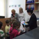 Dzieci i opiekunowie w Dziale Nauczania, Kanclerz ogląda narysowany przez dzieci portret