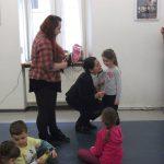 Dzieci z opiekunami oraz kanclerz Zofia Kozioł