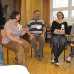 Prowadzący warsztaty mgr Teresa Starzec oraz mgr Leszek Hajduga siedzą na krzesłach w sali ćwiczeń, obok studentki z koła naukowego