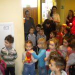 Grupa dzieci przedszkolnych stojąca w korytarzu budynku MWSE