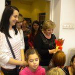 Kwestura - na zdjęciu dzieci, ich opiekunowie i kwestor mgr Maria Muskała