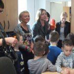 Dziekanat - na zdjęciu grupa przedszkolaków i pracownicy działu