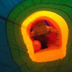 Studentka w trakcie przechodzenia przez kolorowy tunel