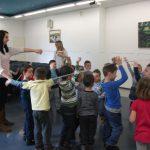 Dzieci w trakcie zabawy zorganizowanej przez studentki z koła naukowego