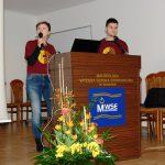 Studenci z Chorwacji przy mównicy podczas prezentacji