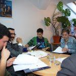 Studenci z Turcji i Chorwacji wraz z prof. L. Koziołem przy stole w Katedrze Zarządzania