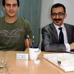 Dwóch studentów z Turcji przy biurku
