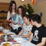 Studentki serwują zupę pomidorową kolegom z Chorwacji
