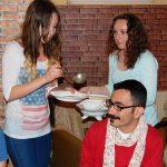 Studentki serwują zupę pomidorową koledze z Turcji